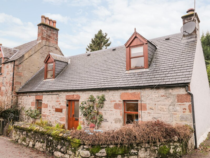 STONYWOOD COTTAGE, comfy cottage, dog welcome, near Loch Ness in Drumnadrochit, holiday rental in Abriachan