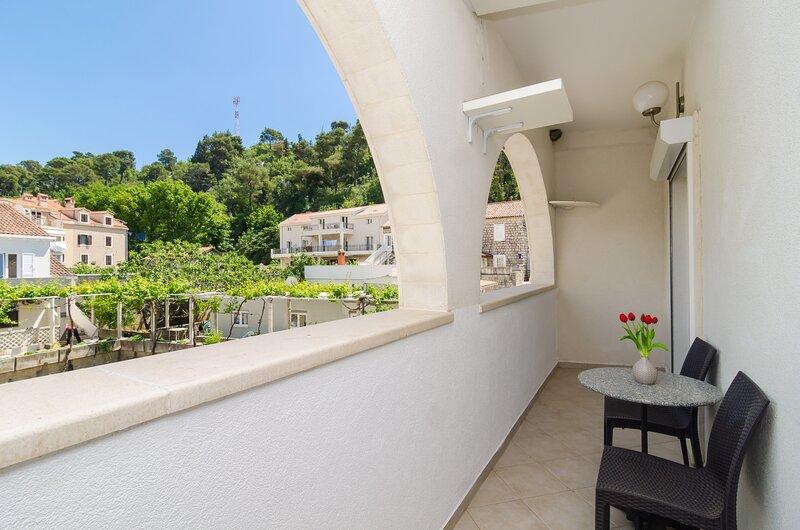 Apartments & Rooms Barišić - Studio Apartment with Balcony, location de vacances à Kupari