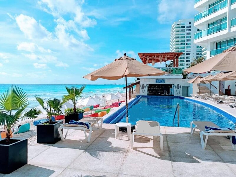 BEACHFRONT SEAVIEW 1 BEDROOM CONDO IN RESORT WITH 2 POOLS NEXT TO TOP CLUBS, holiday rental in Cancun