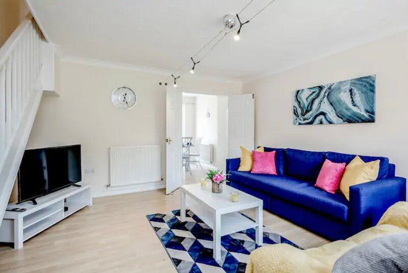 Luxury 3 bed house with Free parking, close to town & M1 by Jesswood Properties, holiday rental in Whipsnade