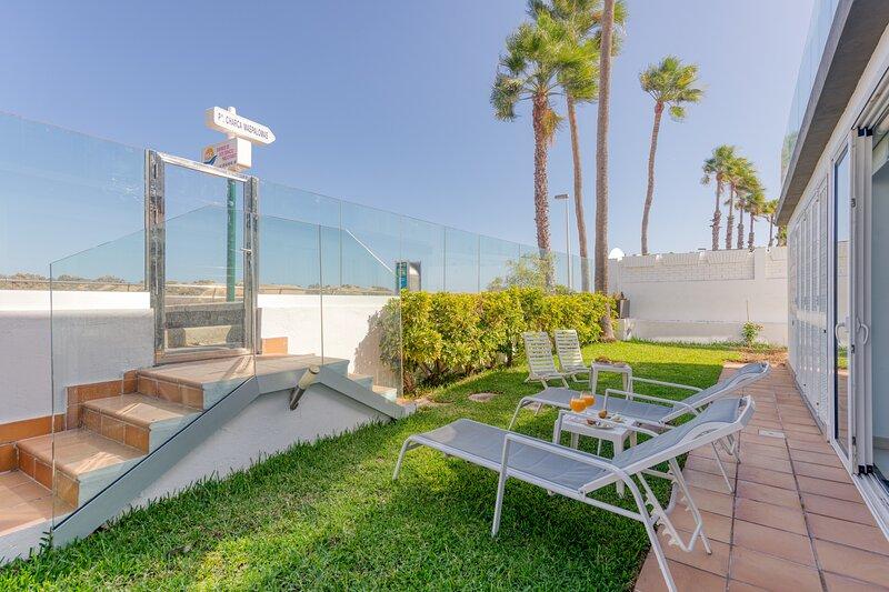 Maspalomas Dunes Views Seafront Solarium Apartment, holiday rental in Meloneras