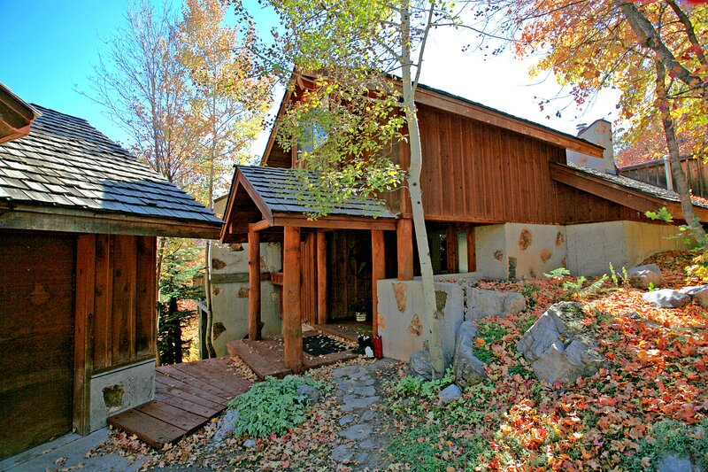 ASPEN RIDGE, 4 BEDROOM, 4 BATH CABIN, HOT TUB, VIEW OF SKI SLOPES, GREAT DECKS AND BBQ