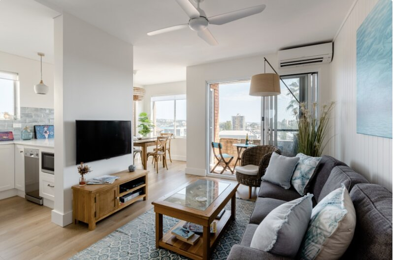 Manly Beach Pad (Just renovated) with fabulous views & garage, location de vacances à Greater Sydney