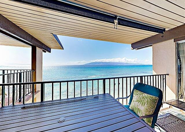 Oceanfront Nohonani w/ Lanai & Pool - Steps to Private Beach!, alquiler de vacaciones en Lahaina
