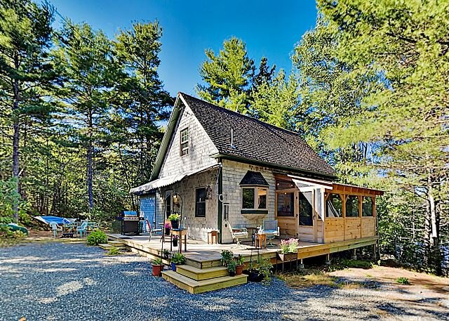 Lake Cottage | Private Dock & Canoe | Screen Porch, Deck, Grill, Firepit, alquiler vacacional en Ellsworth