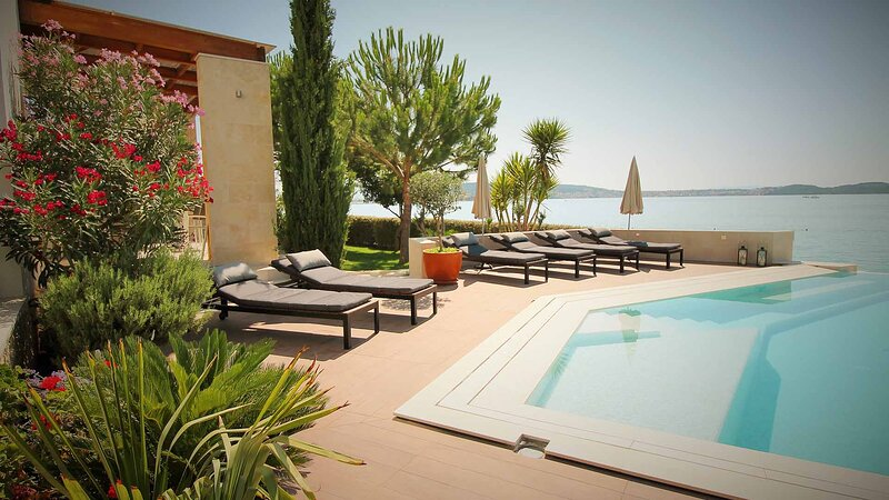 Luxurious beachside apartment Sea Note with shared pool - EOS CROATIA, casa vacanza a Donji Seget