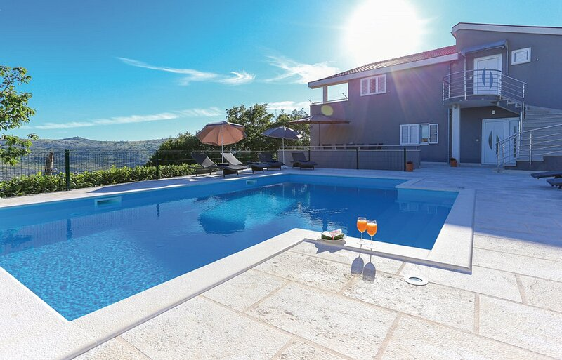 Apartment Villa IN - Four-Bedroom Apartment with Private Pool, casa vacanza a Kotlenice