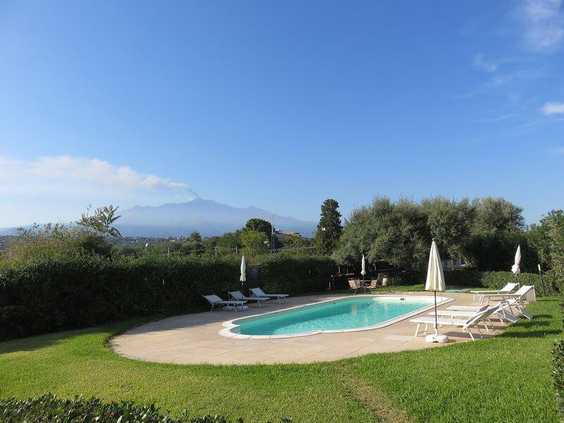 Monolocale vista mare con piscina e wifi, holiday rental in Scillichenti