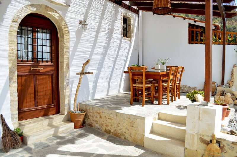 Beautiful stone built house short drive to south coast beaches, holiday rental in Frangokastello