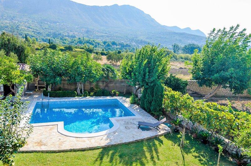 Setemana - Premium Two-Bedroom Apartment with Balcony and Swimming Pool, location de vacances à Ivanica