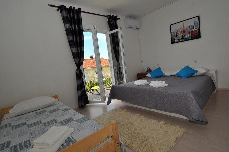 Apartments Marin - Four Bedroom Apartment with Balcony and Garden View, casa vacanza a Celopeci