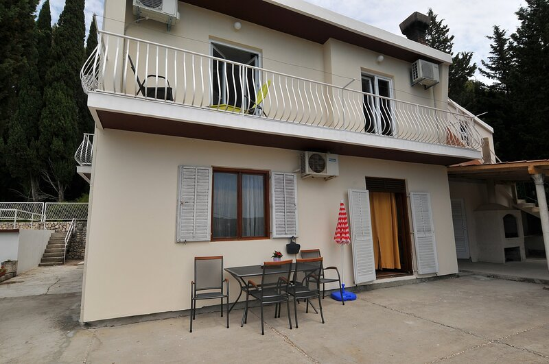Apartments Marin - Two Bedroom Apartment with Terrace and Garden View, casa vacanza a Celopeci