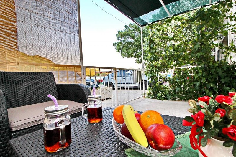 Apartment Happy - Studio Apartment with Terrace and Partial Sea View, holiday rental in Trstenik