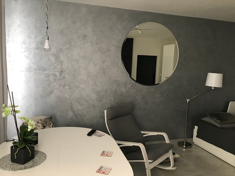 OMG-HASSLE FREE DESIGNER STUDIO,15 MINUTES FROM SUBWAY,CHATEAU TROJA & ZOO, holiday rental in Zdiby