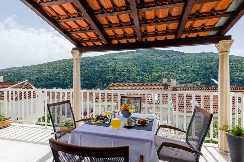 Apartment Silente - One Bedroom Apartment with Terrace and Partial Sea View, vacation rental in Gornje Obuljeno