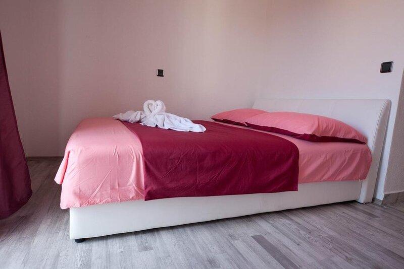 Rooms Aladino - Comfort Triple Room, holiday rental in Zedno