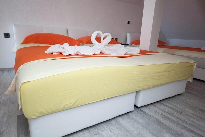 Rooms Aladino - Attic Triple Room with Balcony and Sea View, holiday rental in Zedno