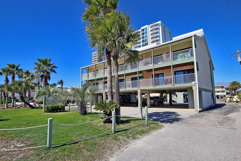Landing 102 - Beautifully Updated 2BR Steps from the Beach!, holiday rental in Gasque