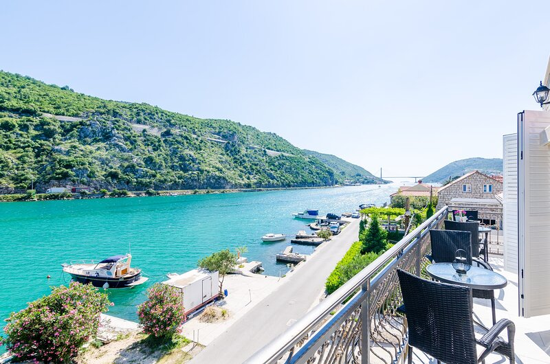 Apartments La Luna - Two Bedroom Apartment with Balcony and Sea View, holiday rental in Prijevor