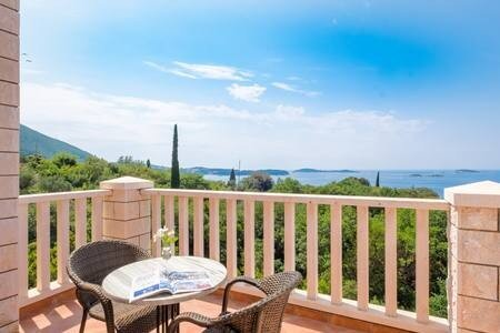 Villa Panorama - Plat - Deluxe Double Room with Terrace and Sea View, holiday rental in Tuhelj