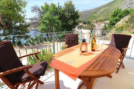 Seafront Silence - Studio Apartment with Terrace and Sea View, holiday rental in Trstenik