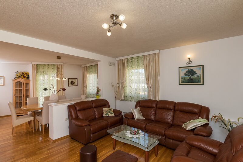 Apartments Villa Key - Three Bedroom Apartment, holiday rental in Zvekovica
