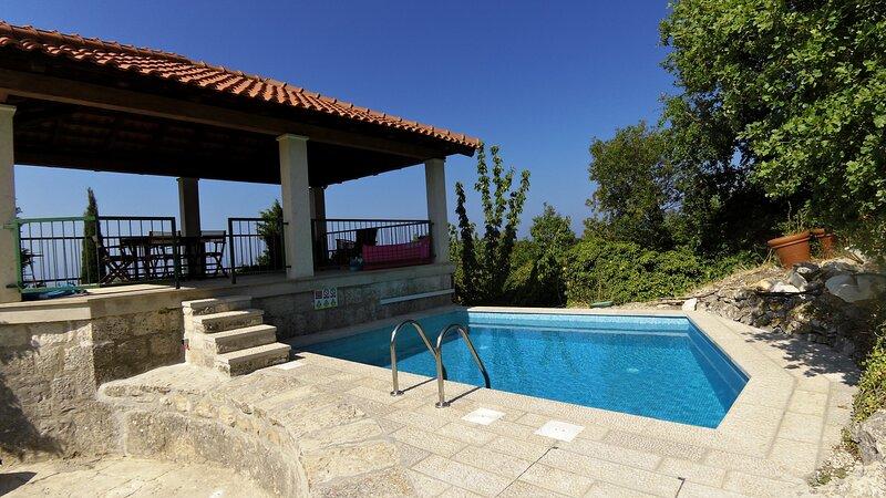 Villa Skylight - Two Bedroom Villa & Studio with Private Swimming Pool, location de vacances à Mocici
