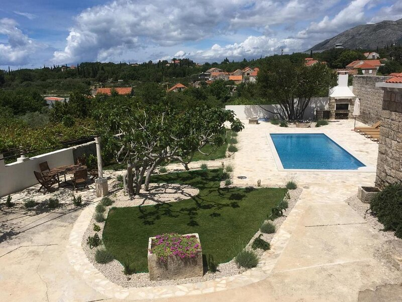 Villa Luic - Three-Bedroom Villa with Terrace and Swimming Pool, holiday rental in Mocici