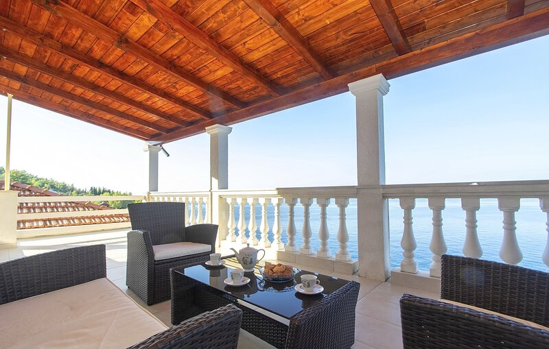 House Green Side Sunset- Four Bedroom House with Pool and Sea View, holiday rental in Prigradica