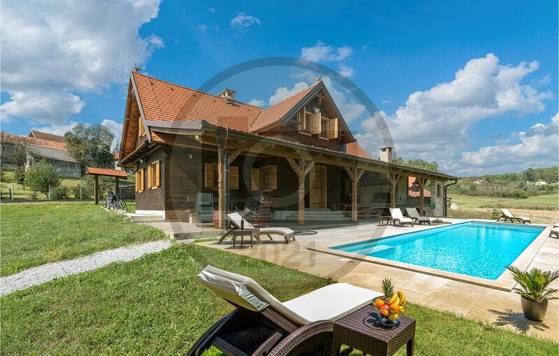 Amazing home in Gornji Trpuci with WiFi, 3 Bedrooms and Outdoor swimming pool (C, alquiler vacacional en Zagreb County