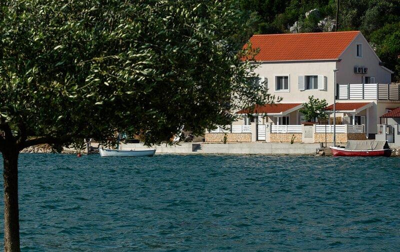 Villa Kata - Four Bedroom Holiday Home with Terrace and Sea View, alquiler vacacional en Vid