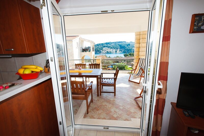 Apartments Irene's place - Two Bedroom Apartment with Terrace and Sea View (A2), aluguéis de temporada em Rogac