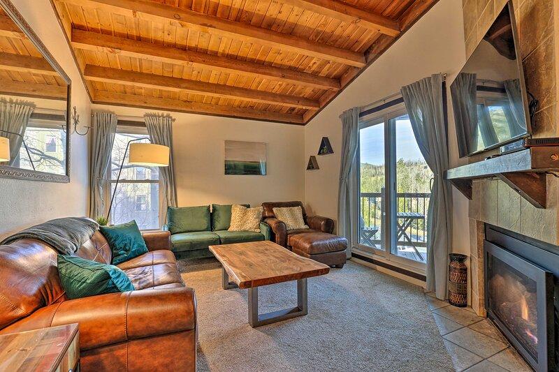 NEW! Mountain-View Resort Condo, 10 Mi to Keystone, alquiler de vacaciones en Wildernest