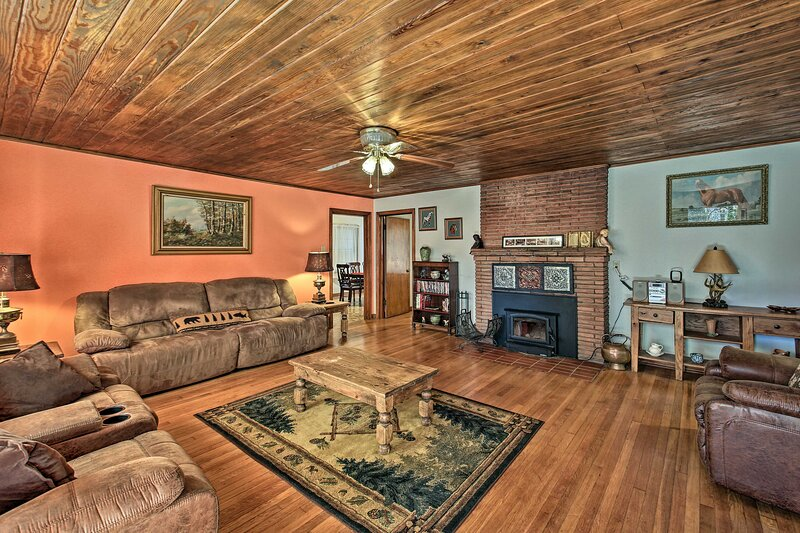 NEW! Cozy Home - 2 Mi to Bathhouse Row & Downtown!, holiday rental in Hot Springs