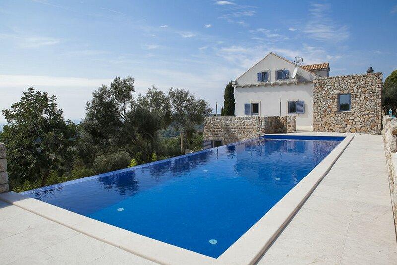 Villa Ella - Five Bedroom Villa with Private Pool, location de vacances à Sipan