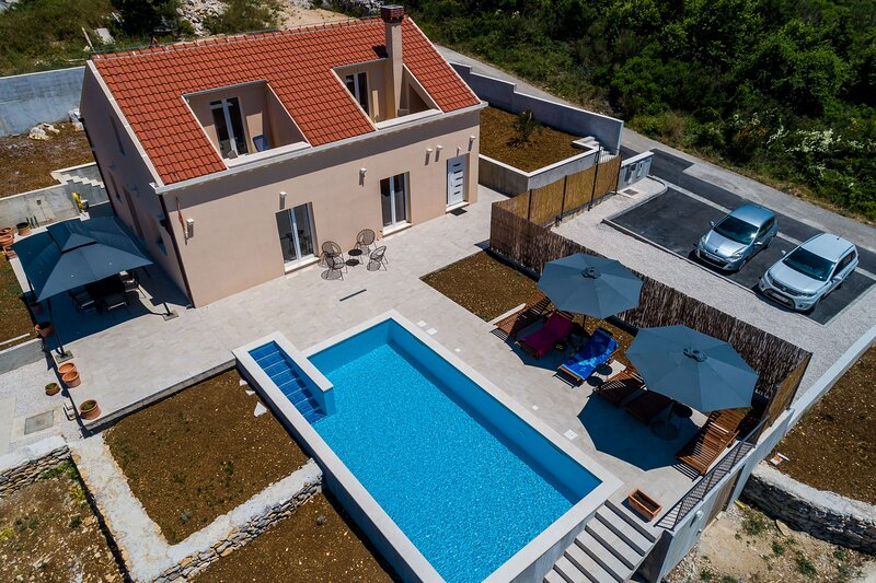 Villa Rubea - Three Bedroom Villa with Terrace and Swimming Pool, holiday rental in Zvekovica