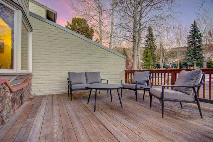 Townhome w/Pool, Hot Tub, Slope Views from Deck (Winter), Grill, Steps to Bus, I, vacation rental in Oak Creek