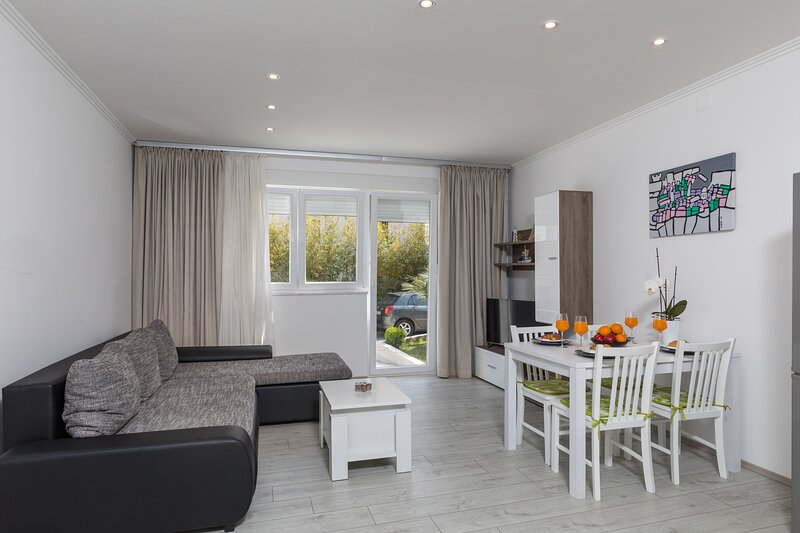 Apartment Bella - Two Bedroom Apartment with Terrace, holiday rental in Mokosica