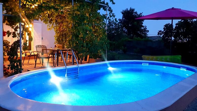 Holiday Home Elijah Creek - One Bedroom Home with Pool, holiday rental in Solin