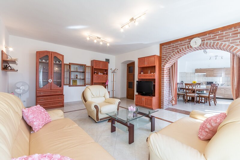 Apartment Katija - Three Bedroom Apartment, holiday rental in Nerezisca