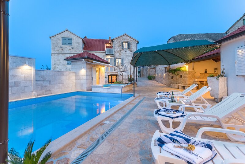 Holiday home Škrika -Three Bedroom Home with heated Pool and Jacuzzi, holiday rental in Skrip