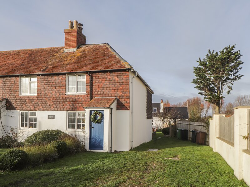 SEAVIEW COTTAGE, semi-detached, sea views, WiFi, parking, garden, in Normans, holiday rental in Pevensey