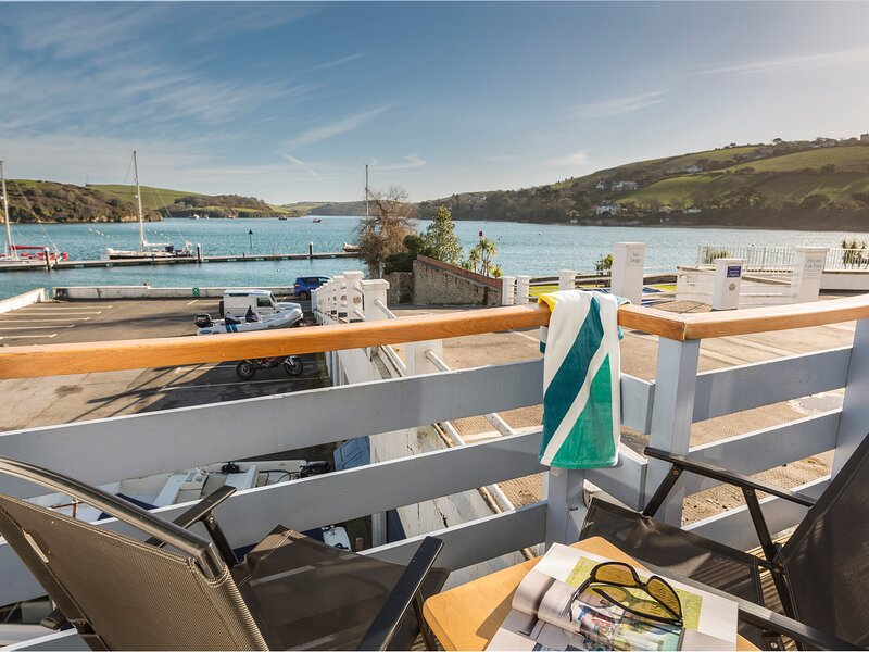 SPINNAKER COTTAGE, central Salcombe, boat store, baby friendly, estuary views, holiday rental in East Portlemouth