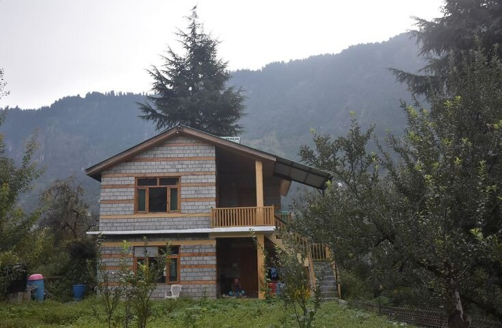 Peaceful Wooden Chalet next to Apple Orchards, holiday rental in Manali