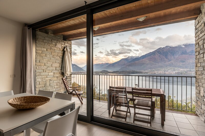 Appartamento due camere, tre bagni in residence con piscina e bellissima vista, casa vacanza a Sorico