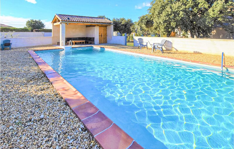 Amazing home in Mazan with Outdoor swimming pool and 4 Bedrooms (FPV743), holiday rental in Malemort-du-Comtat