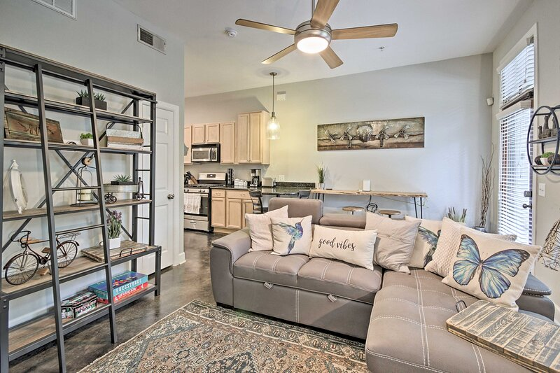 NEW! Modern Midtown Houston Condo - Downtown!, holiday rental in Houston