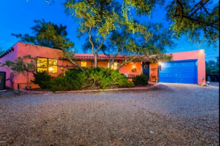 Private Single Level Oasis With Pool and Mountain Views, Vibrant Colors, About 1, casa vacanza a Las Cruces