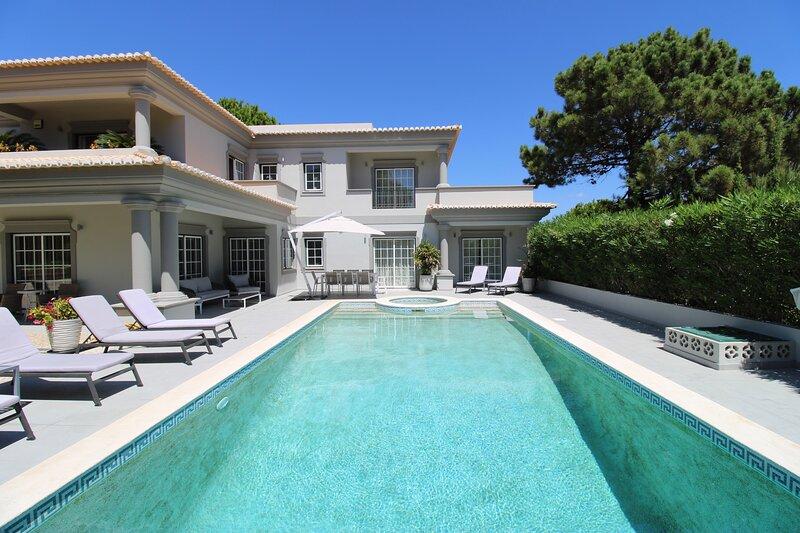 Charming Golf  Villa in  Algarve, Portugal. 5 minutes walk to the beach, alquiler de vacaciones en Vale do Garrao