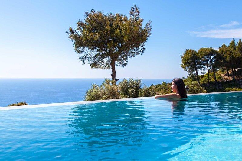 Villa Mirtes with breathtaking sea view,close to Porto Katsiki and Egremni, location de vacances à Apollonii